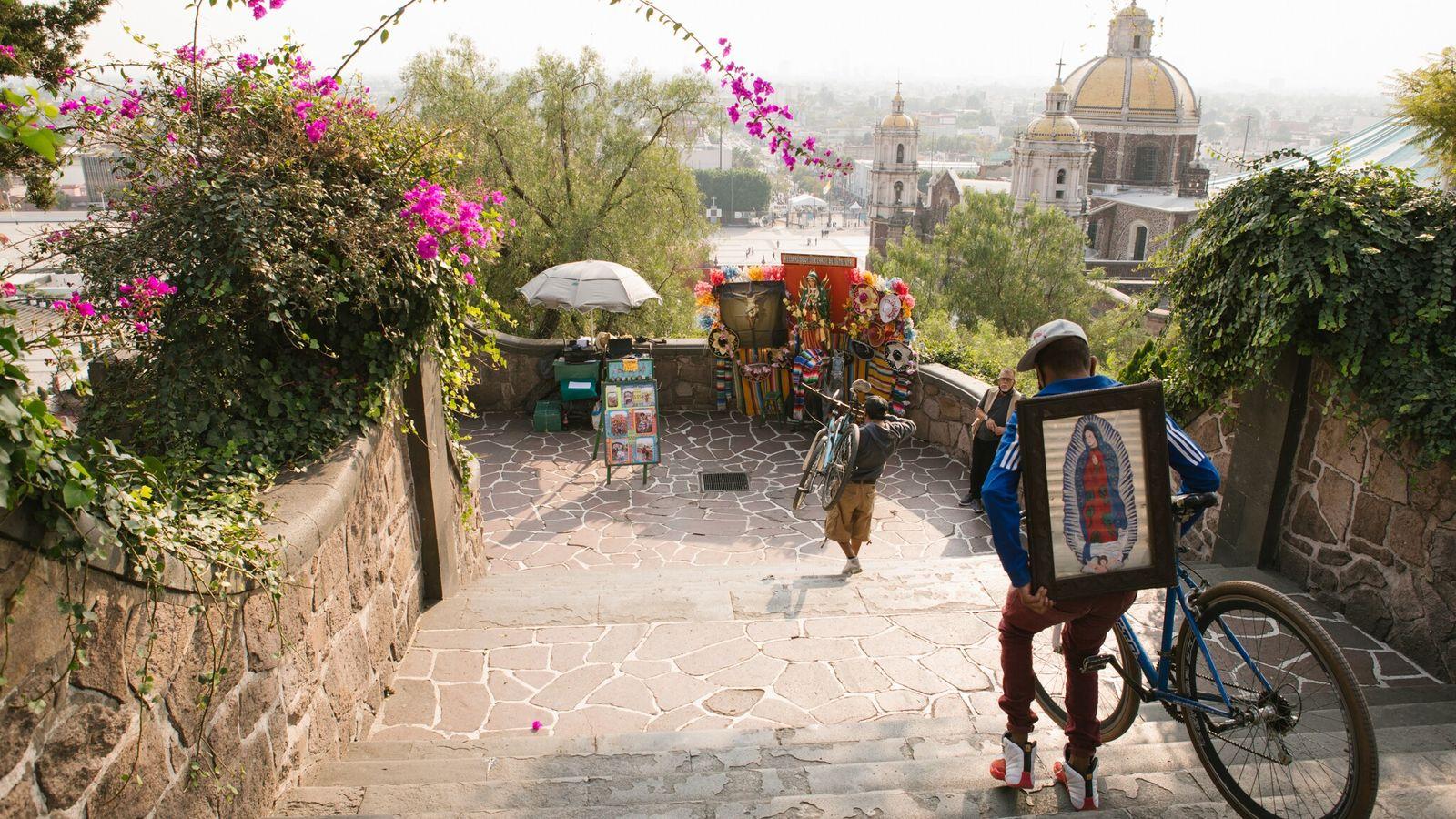 La Basílica de Santa María de Guadalupe, en Ciudad de México, atrae a millones de peregrinos ...