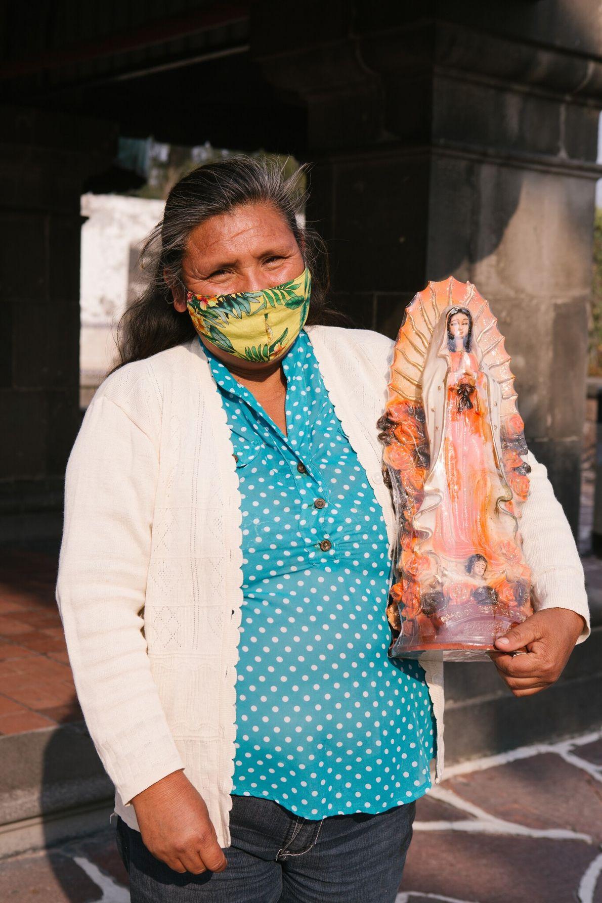 Amalia León Ramírez sostiene una estatua en la Basílica de Santa María de Guadalupe. Viajó desde ...