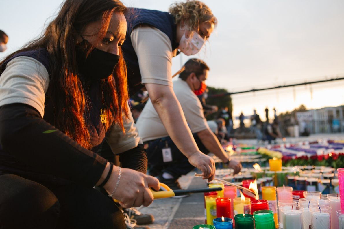 Los empleados de la basílica comenzaron a encender algunas de las 15.000 velas que dejaron los ...