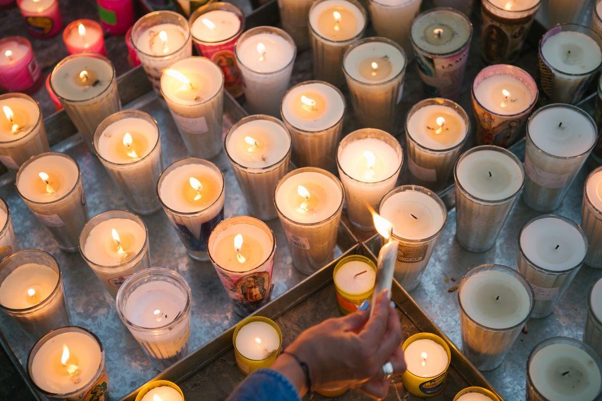 Las velas simbolizan la presencia de los peregrinos que no pudieron asistir en persona este año. ...