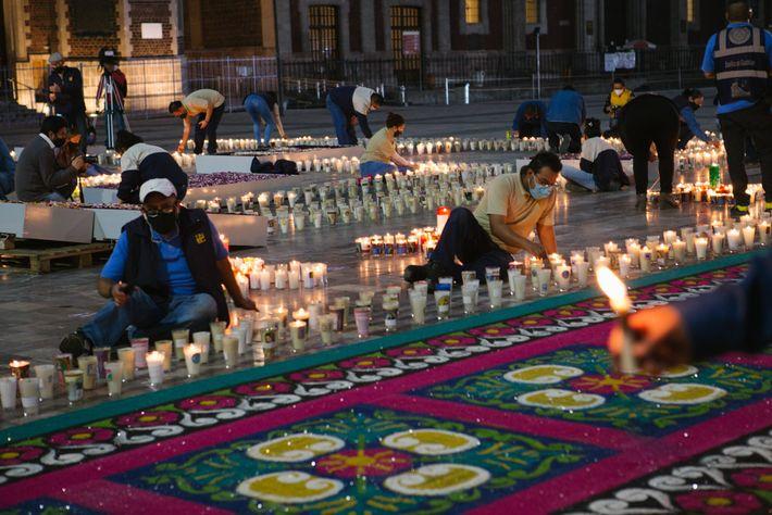 La luz de las filas de velas irradiaba desde los terrenos de la basílica y la ...