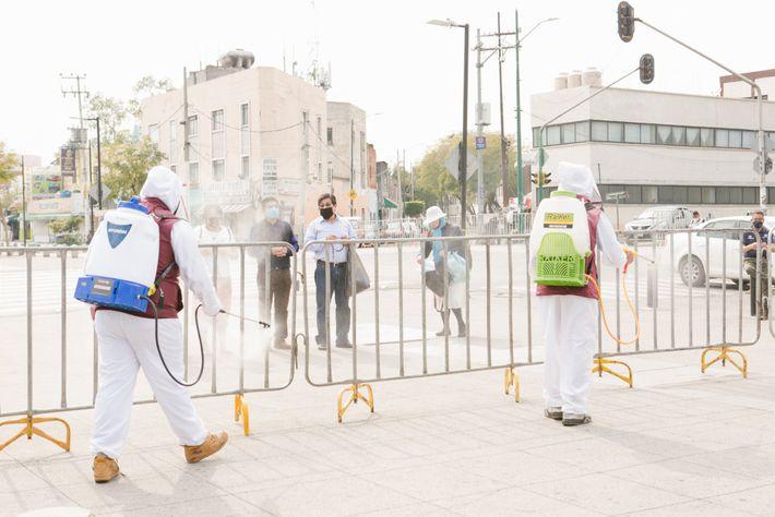 Un grupo de voluntarios de rescate denominado Topos Adrenalina limpia las vallas que bloquean la entrada ...
