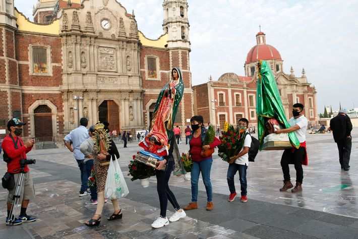 Los días anteriores a la fiesta de la Virgen de Guadalupe, los peregrinos hacen fila para ...