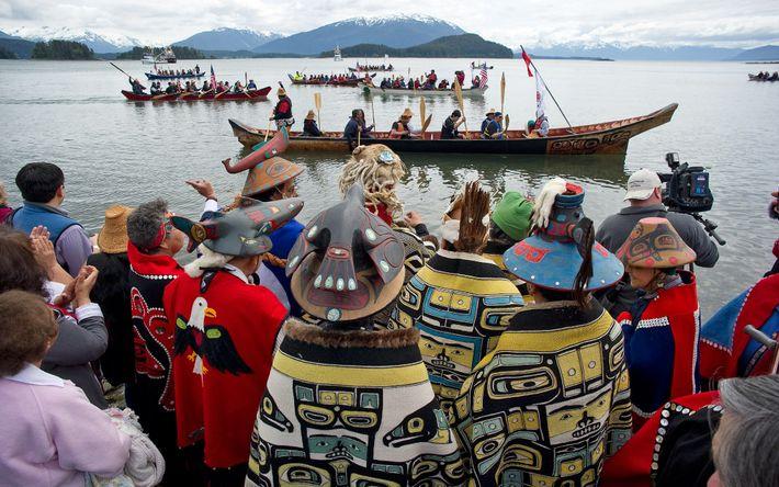 """Durante una ceremonia """"de llegada a la costa"""", los miembros del clan Tlingit Auke Bay reciben ..."""
