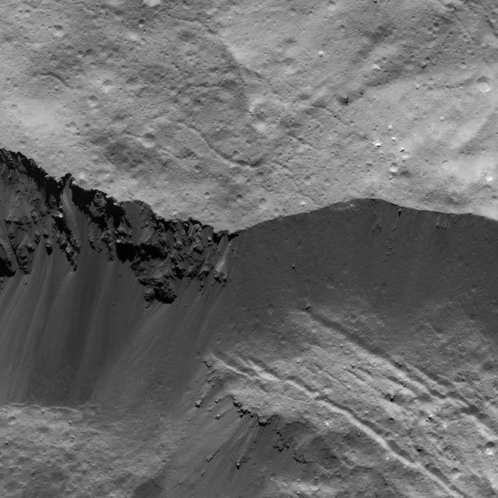 Esta imagen de una pared en el cráter Occator en Ceres fue obtenida por la nave ...