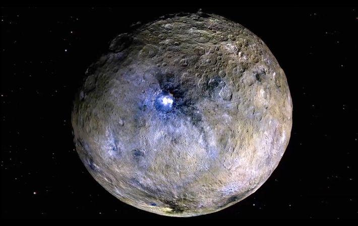 El planeta enano Ceres en representaciones de colores falsos, que resaltan las diferencias en los materiales ...