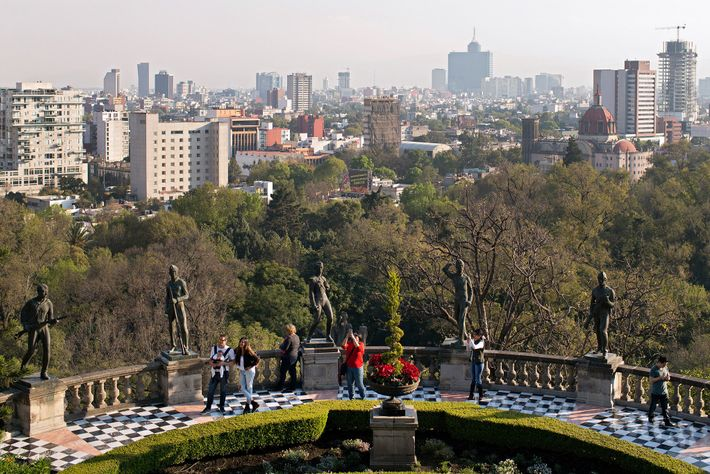 La gente mira la ciudad de México desde la cima del castillo de Chapultepec.