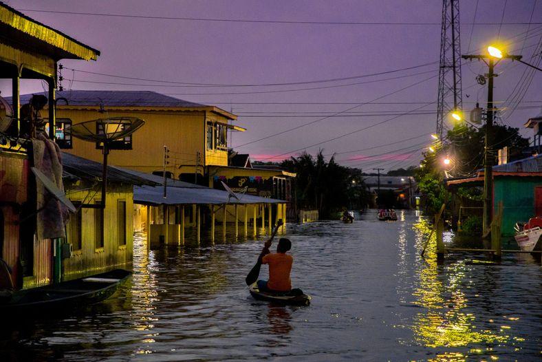 La vida cotidiana de los habitantes de la ciudad de Anamã durante la mayor inundación de ...