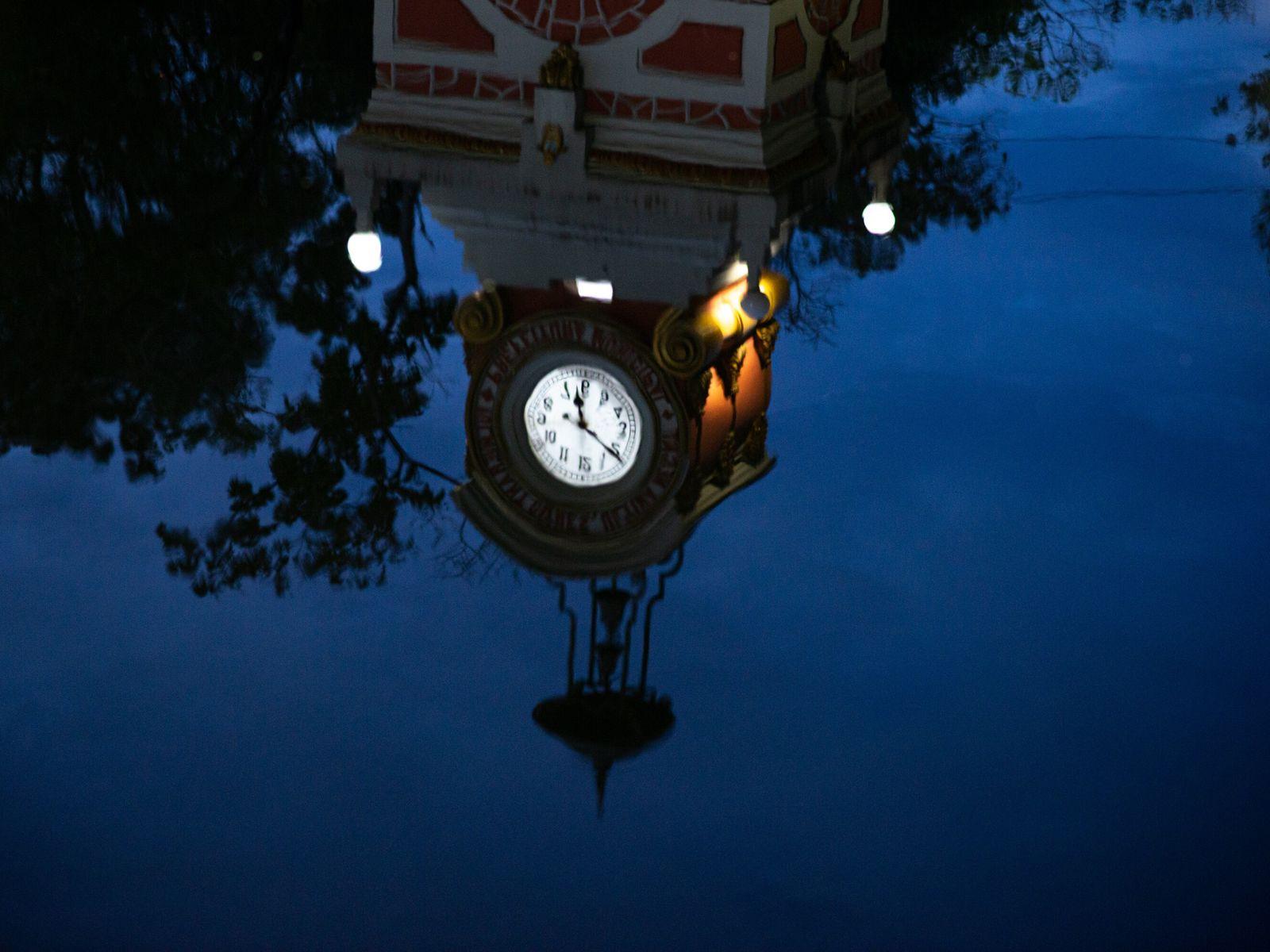 El Reloj Municipal de Manaos se refleja en las aguas que invadieron la ciudad durante las ...