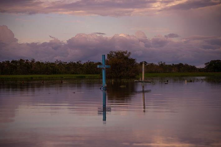 Cementerio principal de la ciudad de Careiro da Várzea (Estado de Amazonas), durante la inundación de ...