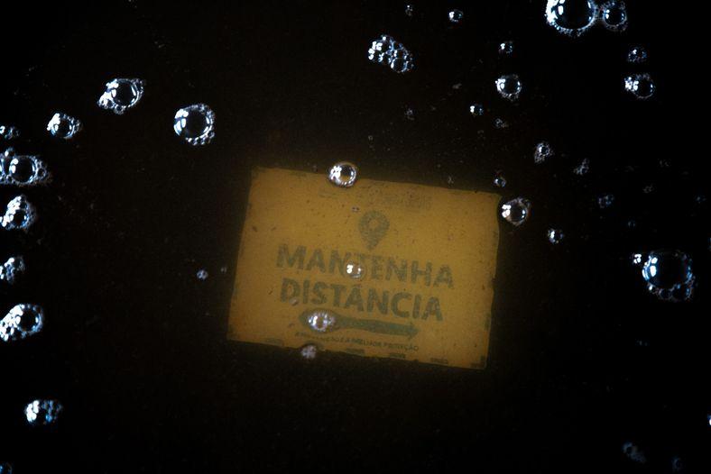Sumergido en el agua, un letrero en el piso de una escuela municipal en Careiro da ...