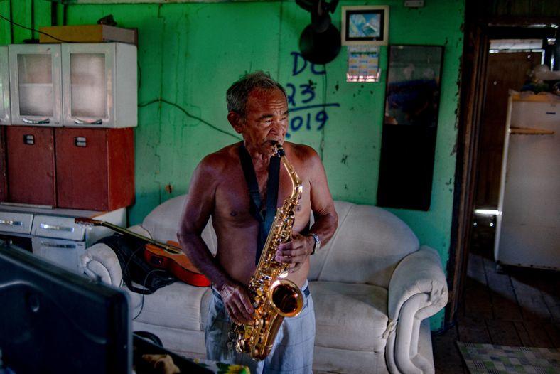 Don Jorge, músico y residente del barrio Educandos, en Manaos, se vio directamente afectado por la ...