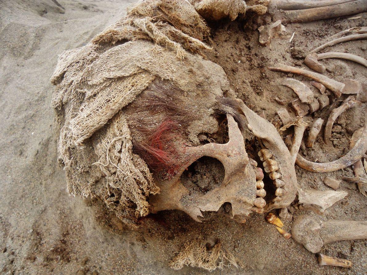 Muchas de las mortajas de algodón que envolvieron a las víctimas están bien conservadas. Se ha ...