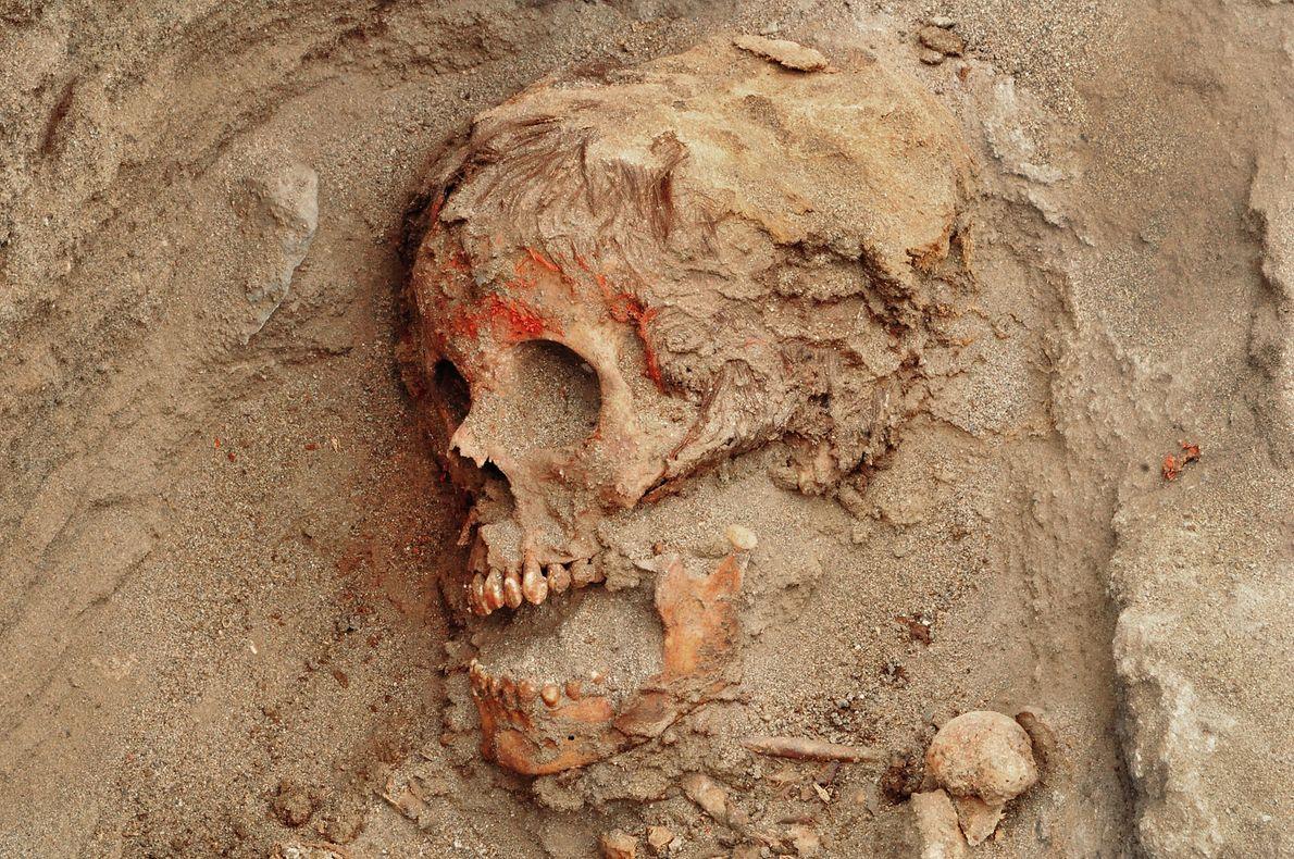 Muchos niños presentan evidencia de que sus rostros se embadurnaron con un pigmento rojo antes de ...