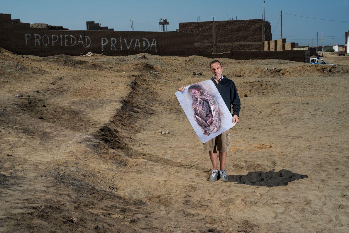 El dueño de una pizzería local, Michael Spano, sostiene una fotografía del primer niño excavado en ...