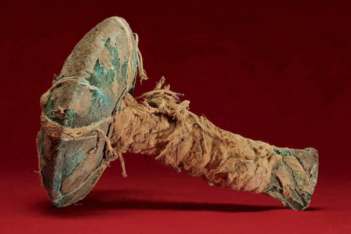 Hallado en Pampa la Cruz, este cuchillo de cobre –el primero en su tipo– incluye un ...