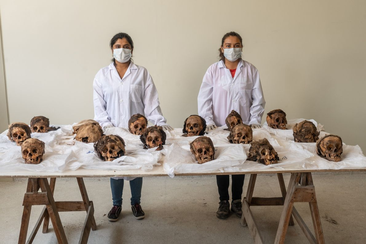Estudiantes de arqueología de la Universidad Nacional de Trujillo se disponen a limpiar y catalogar los ...
