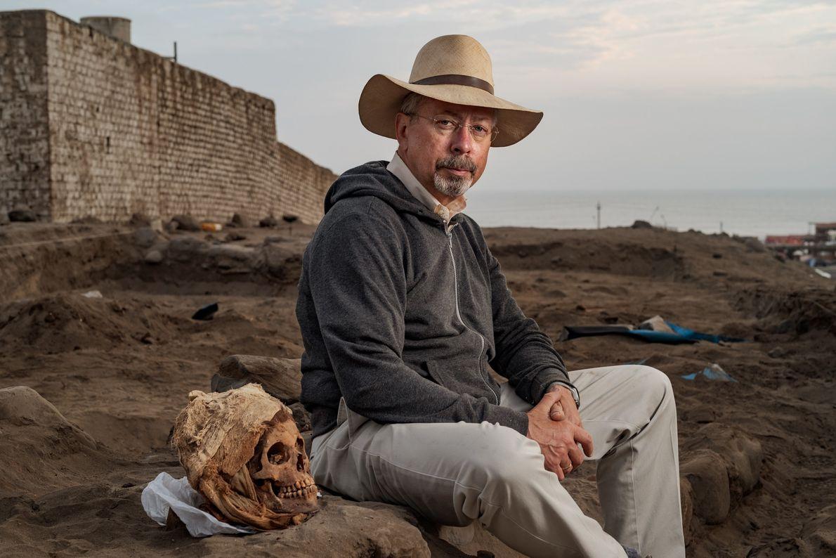 John Verano, antropólogo biológico y experto forense en la Universidad de Tulane, se sienta junto a ...
