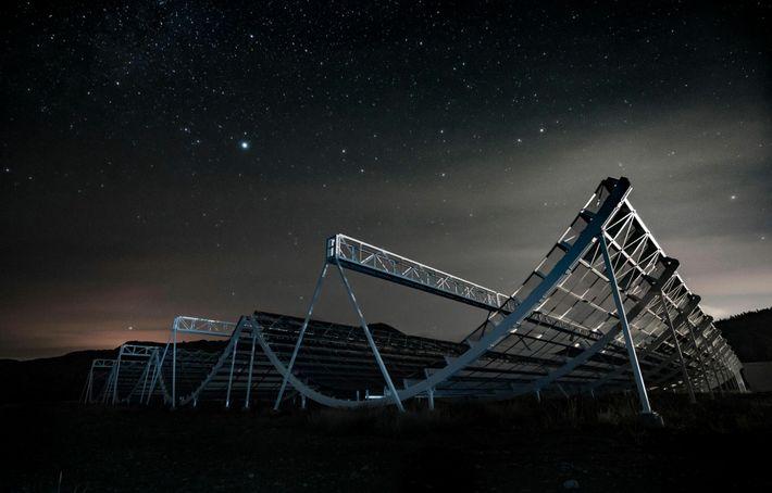 El 28 de abril de 2020, el telescopio CHIME, en Canadá, detectó la ráfaga de radio ...