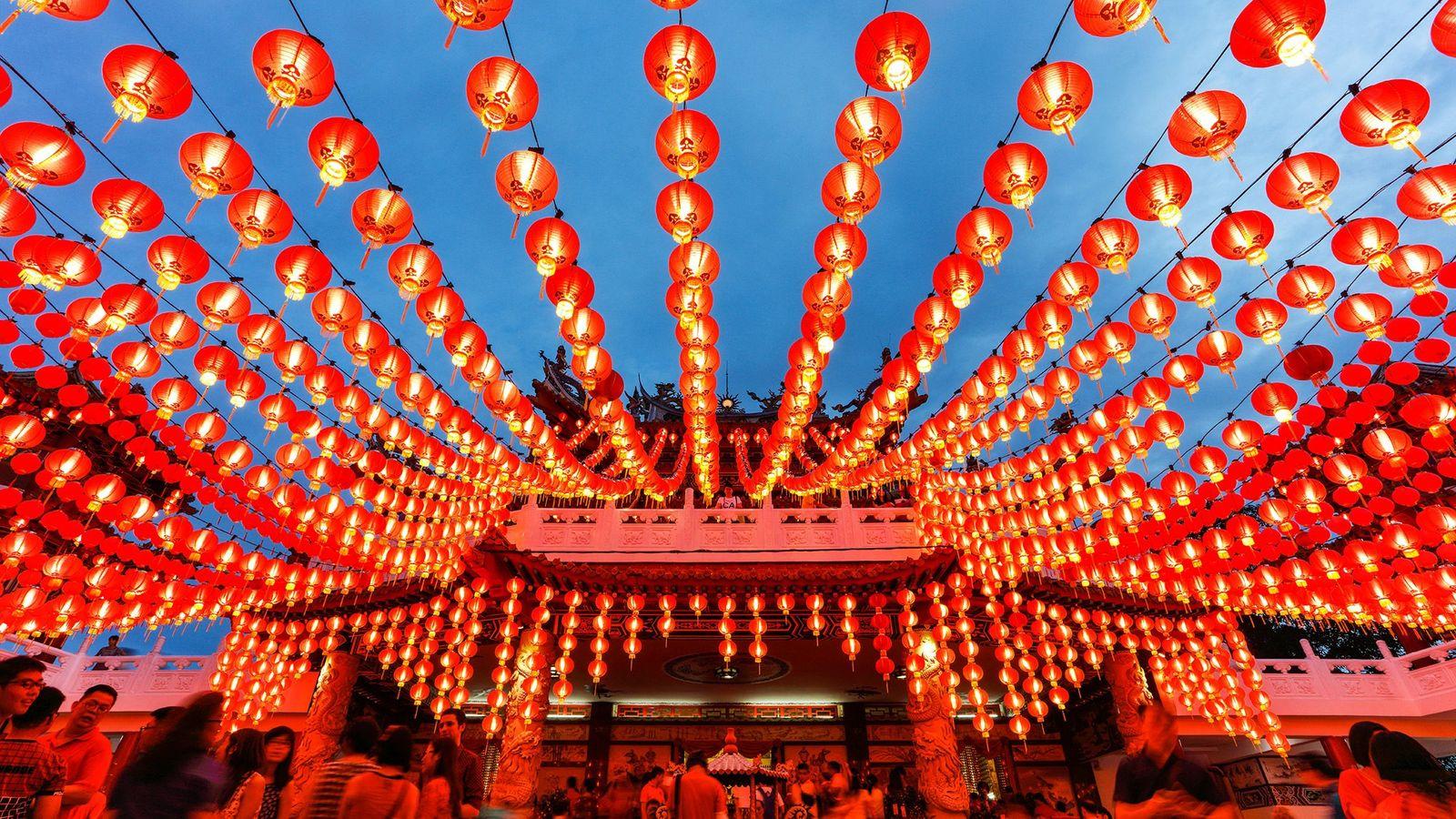 Luces brillando en el templo Thean Hou en Kuala Lumpur, Malasia, durante el Año Nuevo Chino.