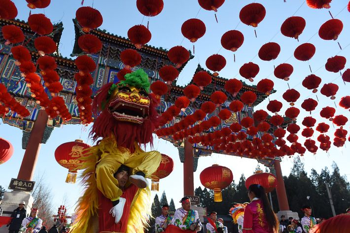 Los leones bailarines se presentan durante la ceremonia de inauguración de la feria del templo Ditan ...