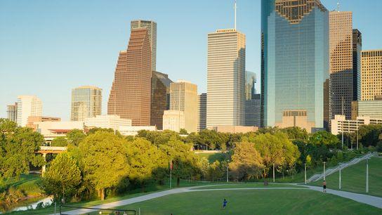 La gente juega al voley en Eleanor Tinsley Park en Buffalo Bayou, un parque de 65 ...
