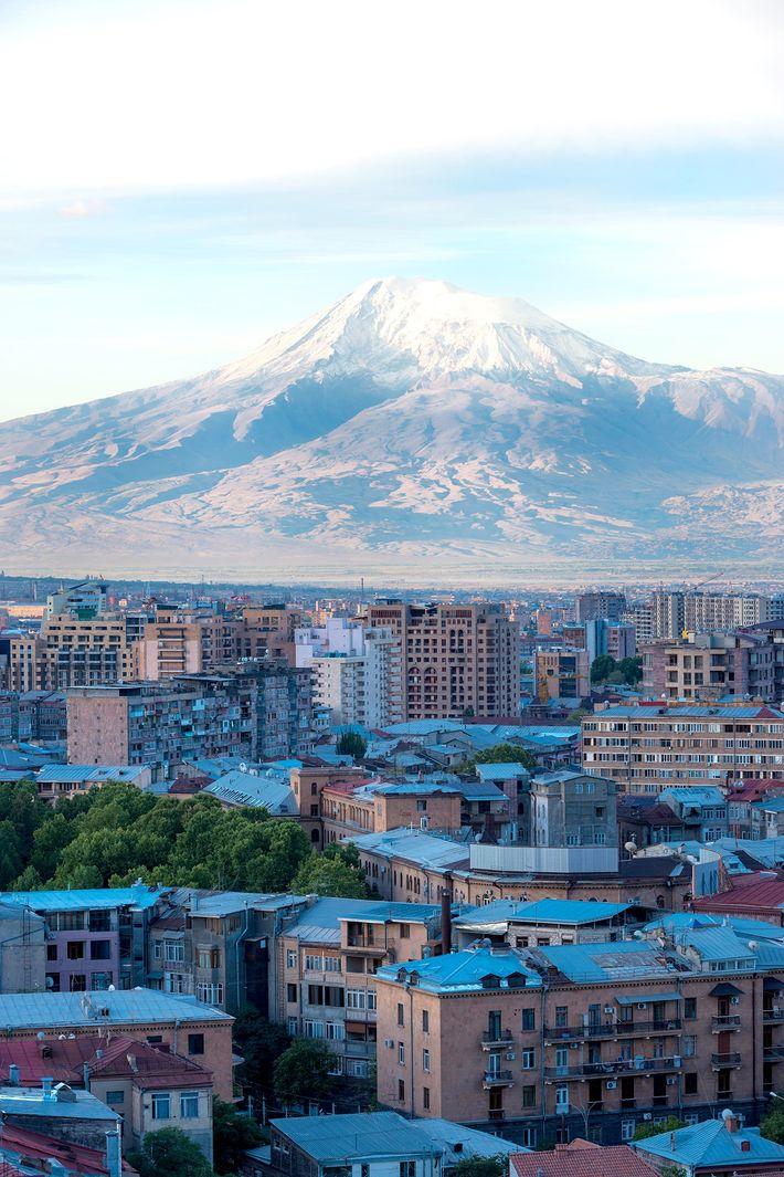 Amanecer sobre Ereván y el Monte Ararat.