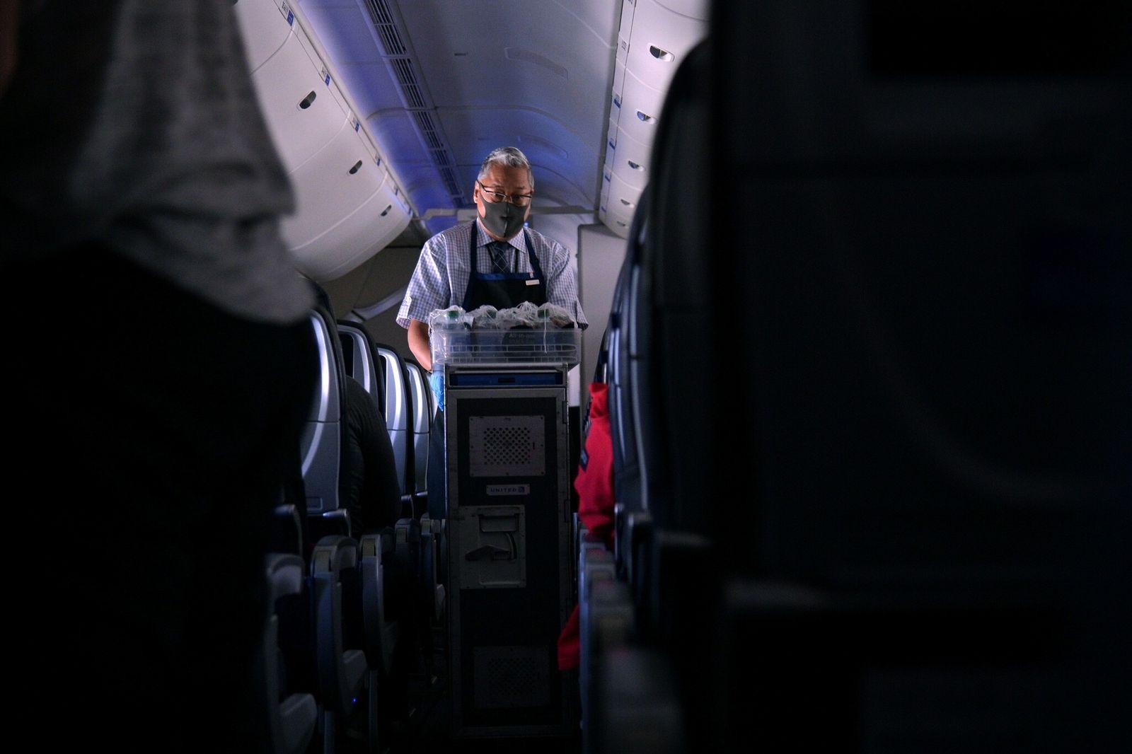 ¿Cómo es volar en pandemia? La difícil tarea de los auxiliares de vuelo en tiempos de COVID-19