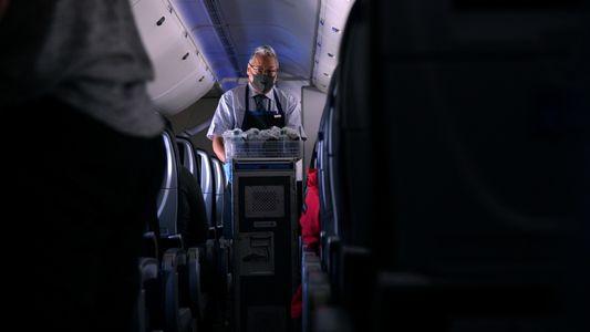 ¿Cómo es volar en pandemia? La difícil tarea de los auxiliares de vuelo en tiempos de ...
