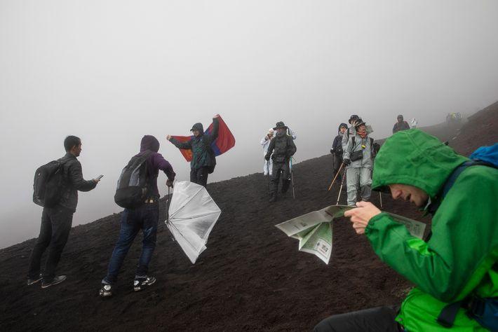 Un grupo de senderistas recorre el sendero Yoshida del monte Fuji en Japón.
