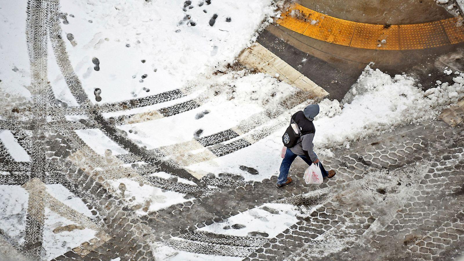 Un peatón camina por la calle en el centro de Scranton (Pensilvania) el 20 de enero, ...