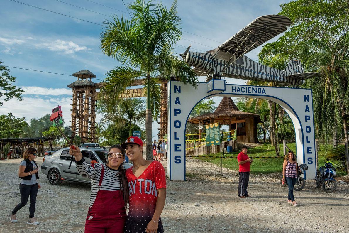 En la entrada de Hacienda Nápoles hay un avión que el narcotraficante Pablo Escobar usó para ...