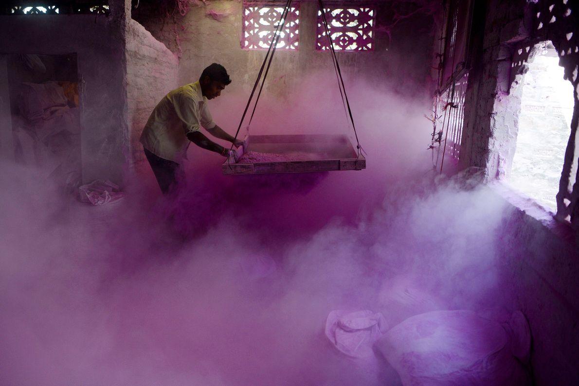 color-powder-sift-holi-india