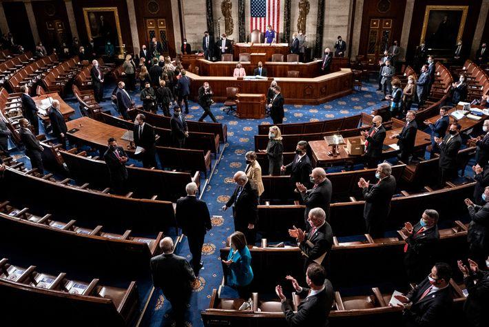 El vicepresidente de Estados Unidos, Mike Pence, llega para presidir una sesión conjunta del Congreso para ...