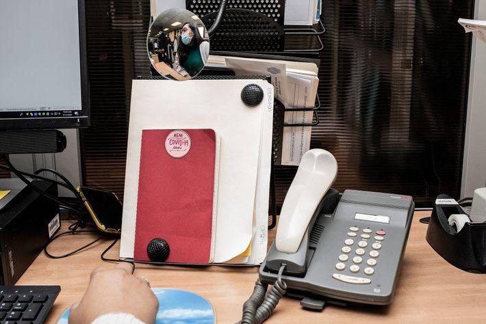 Un rastreador de contactos se comunica para informarle a las personas que pueden haber estado expuestas ...