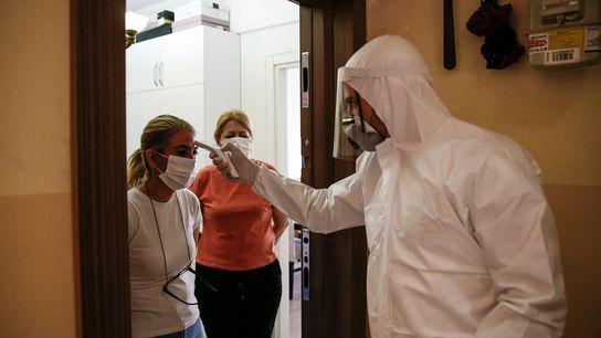Un rastreador de contactos con el Ministerio de Salud de Turquía realiza el test a una ...