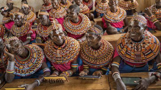 Mujeres del pueblo samburu portando vestimenta tradicional se reúnen en un aula al norte de Nairobi, ...