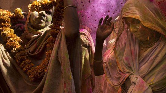 Un grupo de mujeres participa de la ceremonia Holi, el festival del amor y los colores ...