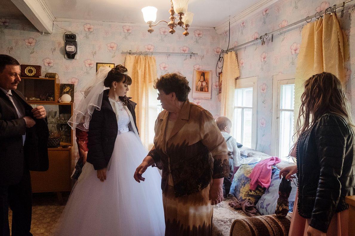 En el poblado de Byechye, una novia se prepara para su boda en la casa de ...
