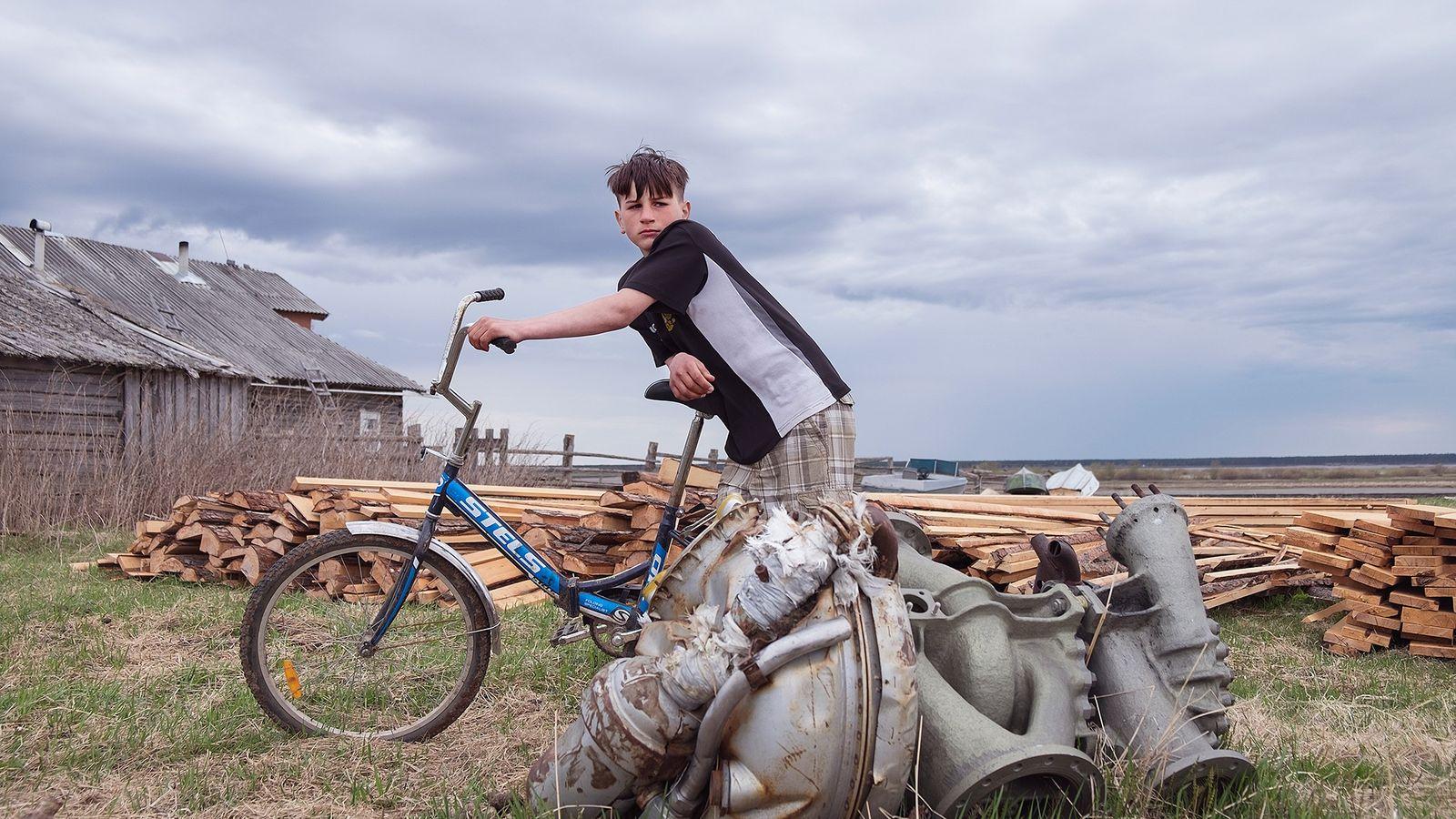 Un cohete en miniatura hace guardia cerca de la estación de ferrocarril de Plesetsk, un pueblo ...