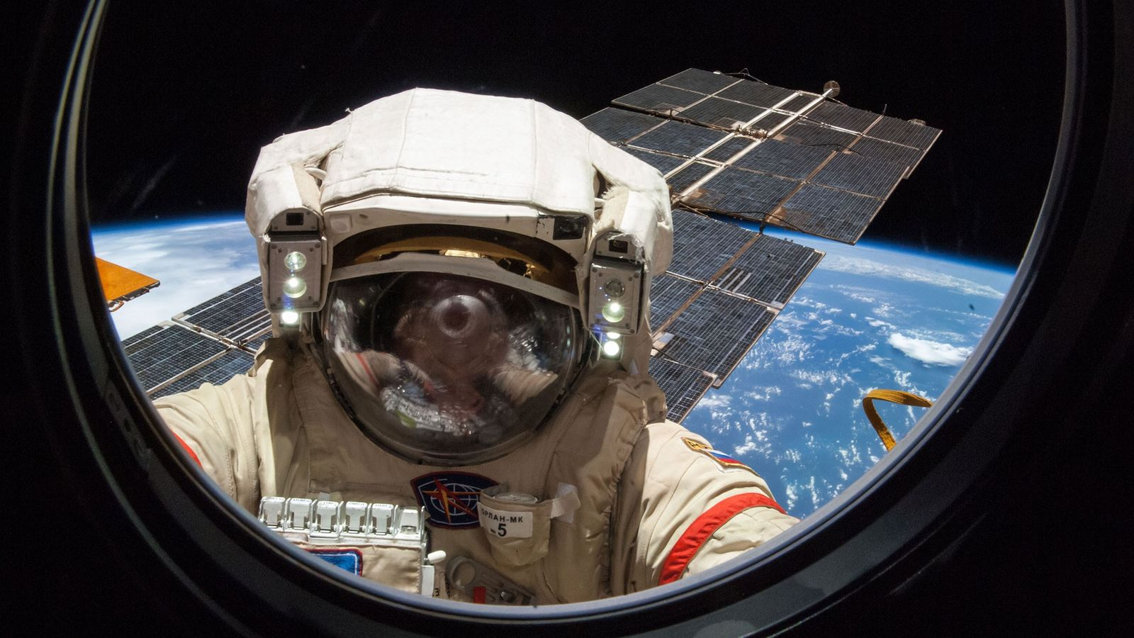 El cosmonauta ruso Alexander Skvortsov trabaja en la Estación Espacial Internacional durante un paseo espacial de ...