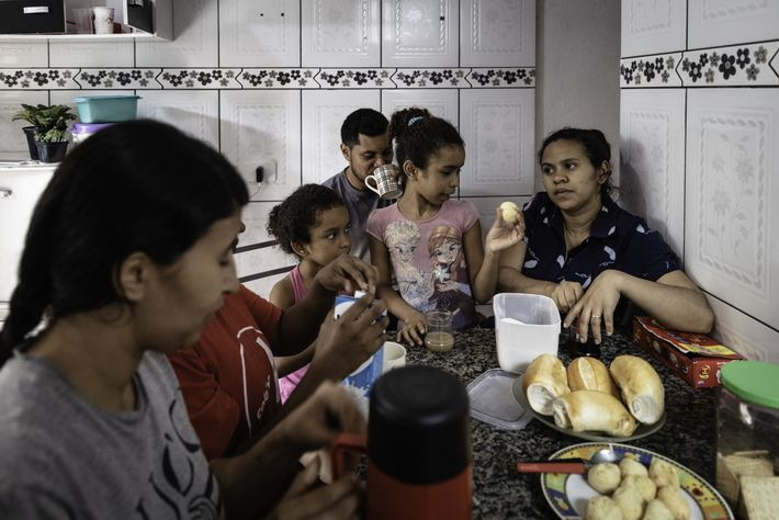 Una familia desayuna en la cocina. Los lugares estrechos en la favela hacen que sea casi imposible ...
