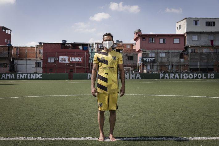 Adriano Silva Santos en el campo de fútbol del Palmeirinh.