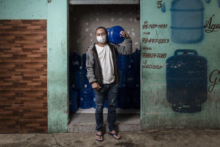 Antonio Humberto Souza frente a su tienda de agua mineral.