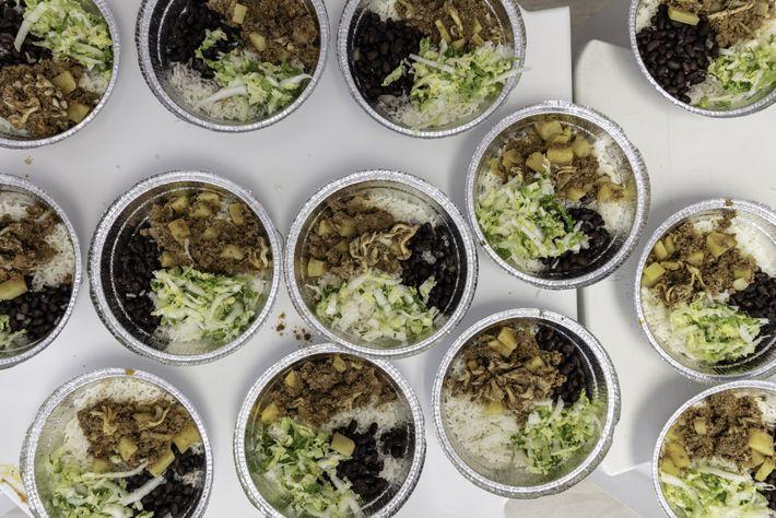 El arroz, los frijoles o porotos negros, la ensalada y la carne picada se pueden preparar ...