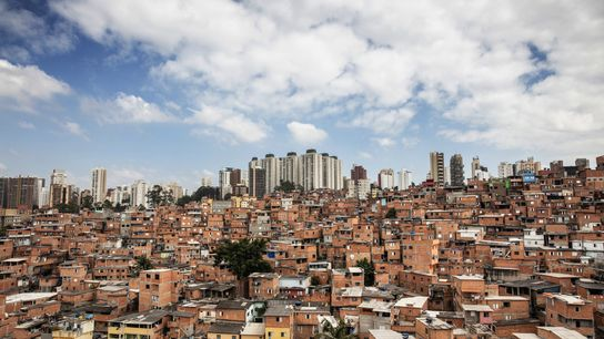 La extensa favela de Paraisópolis, hogar de más de 100.000 residentes, está rodeada por levantamientos altos ...