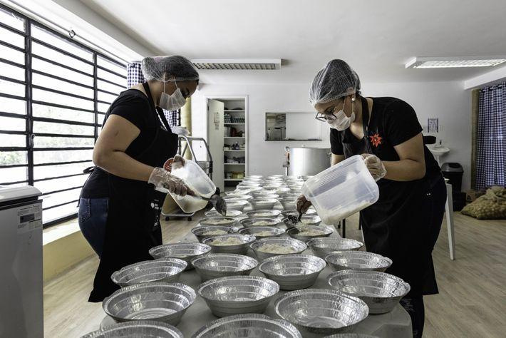 Las voluntarias de la Asociación de Mujeres de Paraisópolis preparan hasta 6000 comidas gratis por día ...