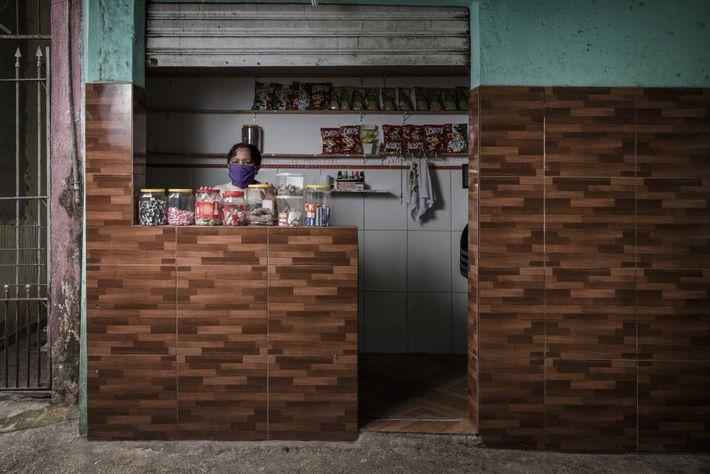 Maria Sale de Pontes en su tienda de golosinas.