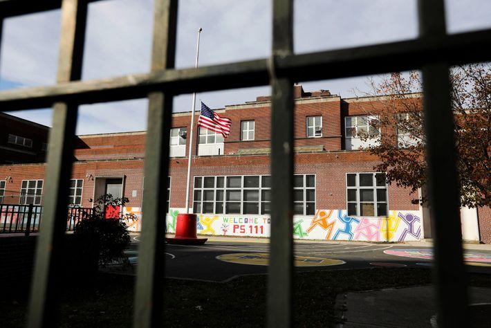 Un patio de recreo vacío de una escuela pública en la ciudad de Nueva York, 19 ...