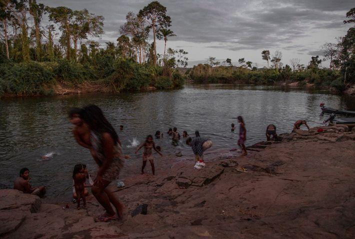 Los kayapó, habitantes de la cuenca del río Xingú, en la región central del Amazonas, luchan ...